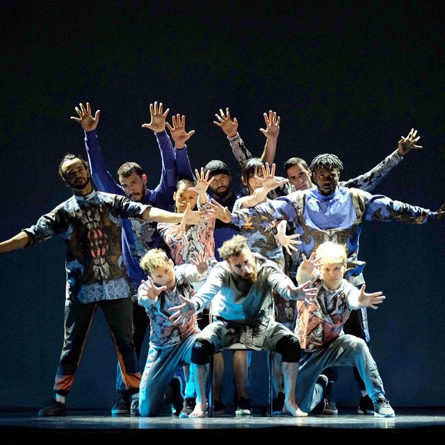 Über Bayreuth – Personen auf der Bühne tanzen