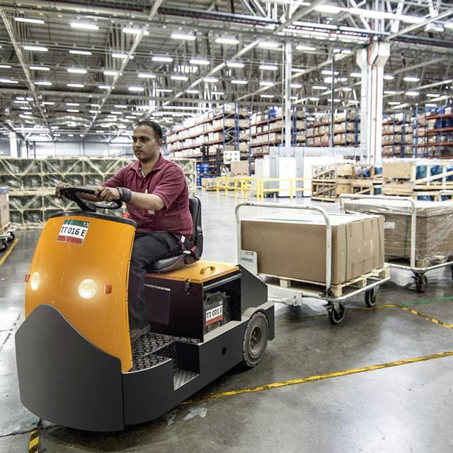 Wirtschaftsschwerpunkte, Logistik – Mann auf Transport-Fahrzeug