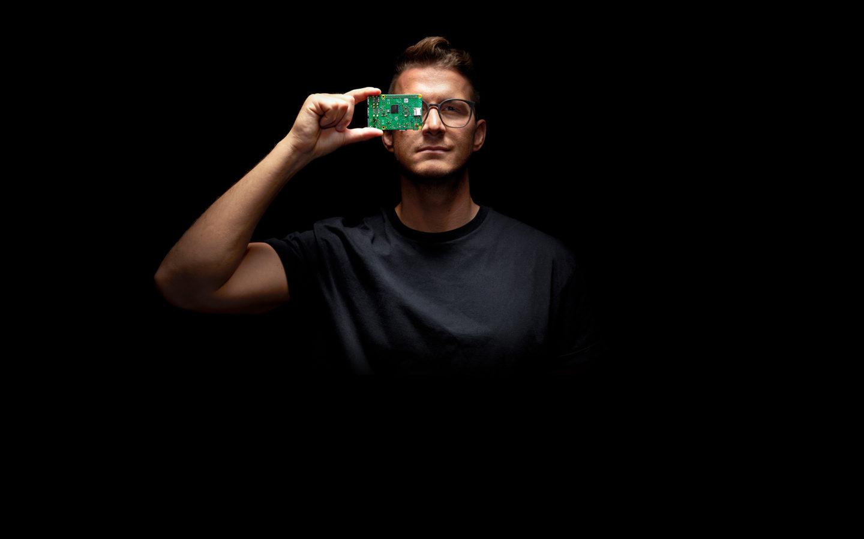 Mann hält Festplatte vor sein Auge