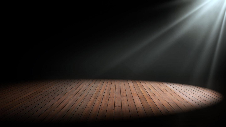 Bühne mit Scheinwerferlicht