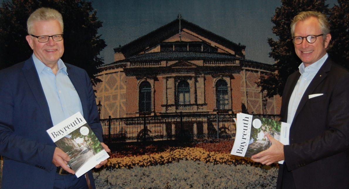 Herausgeber Jörg Lchtenegger (rechts) hat Bayreuths Oberbürgermeister Thomas Ebersberger das erste Exemplar überreicht.
