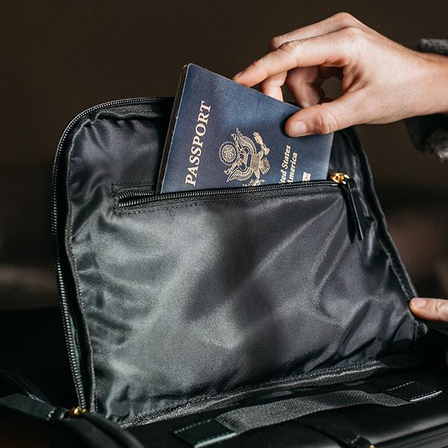 Reisepass wird in Tasche gesteckt