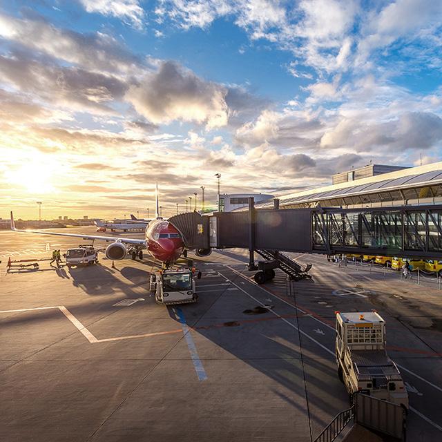 Flugzeug am Flughafen bei Sonnenaufgang