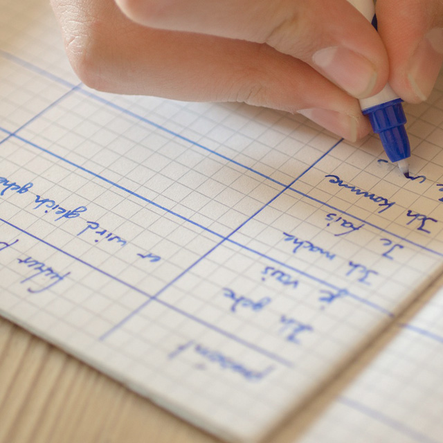 Sprache lernen – Person schreibt Vokabeln in ein Heft