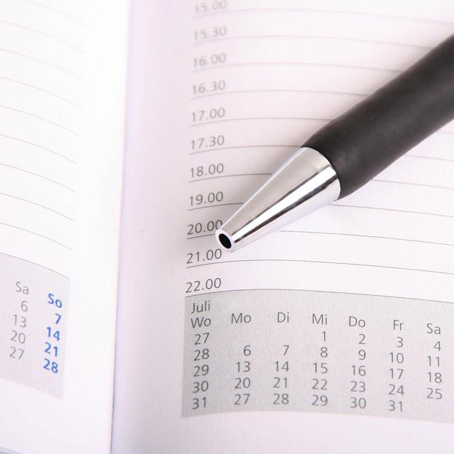 Terminplaner mit Kugelschreiber