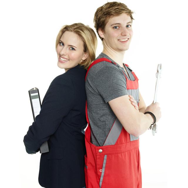 Mädchen mit Ordner und Junge in Handwerker-Uniform