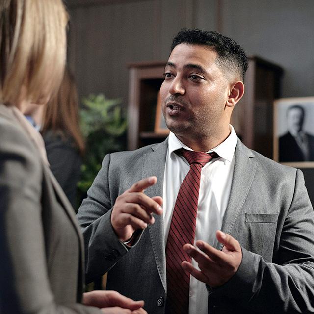 Mann diskutiert mit Frau