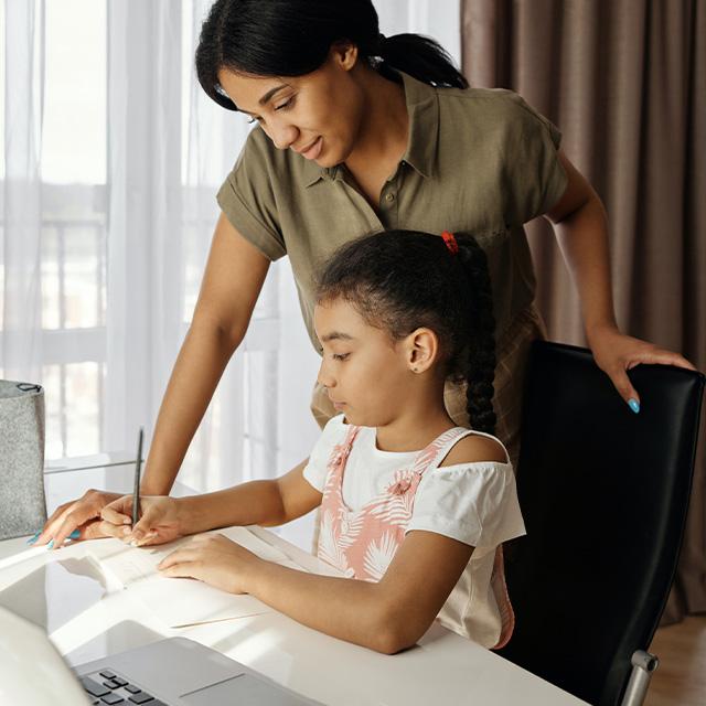 Mutter hilft bei Hausaufgaben