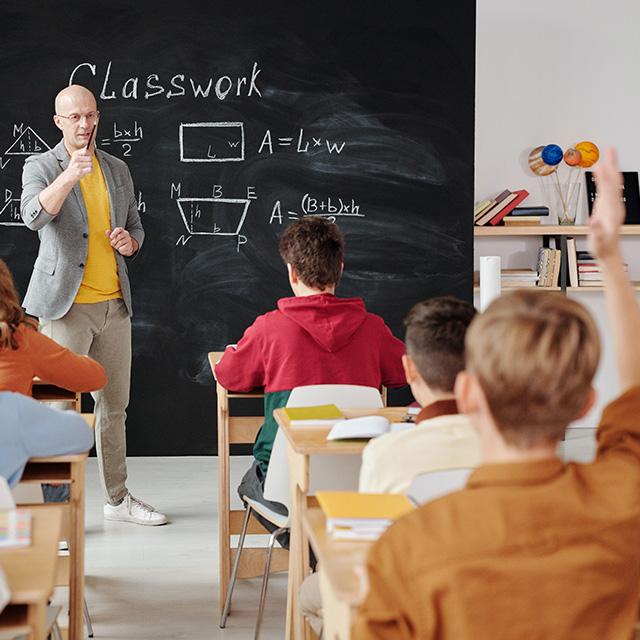 Lehrer ruft Schüler in der Klasse auf