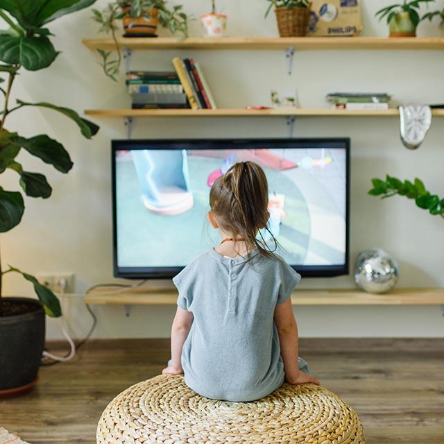 Mädchen schaut fernsehen