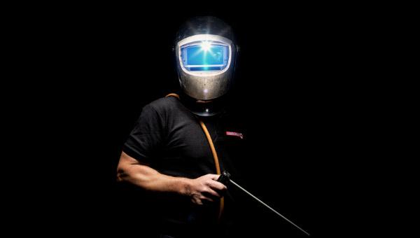 Person mit Schweißmaske