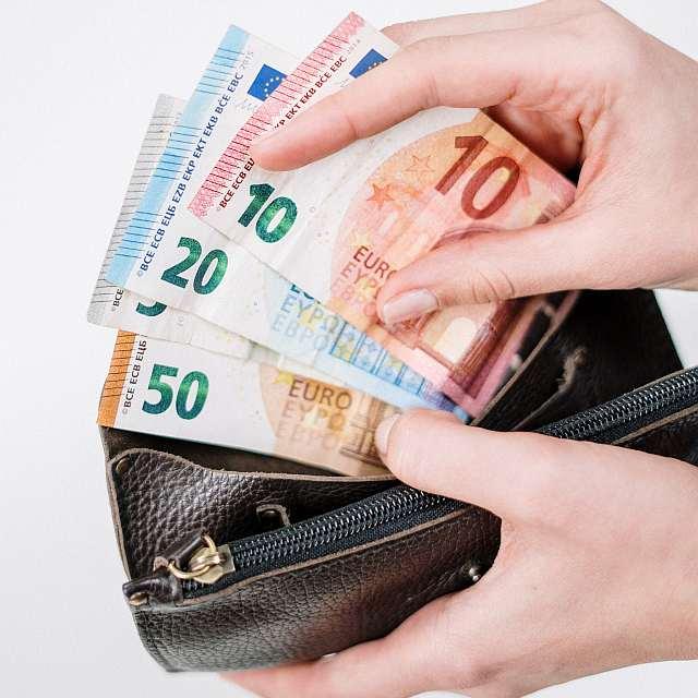 Euroscheine in einer Geldbörse