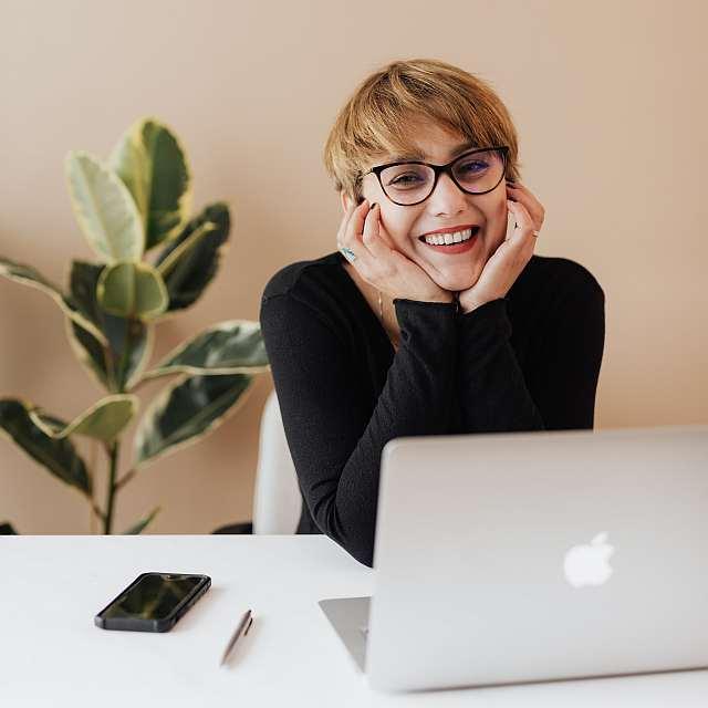Beruflich durchstarten: Junge Frau genießt ihren Erfolg