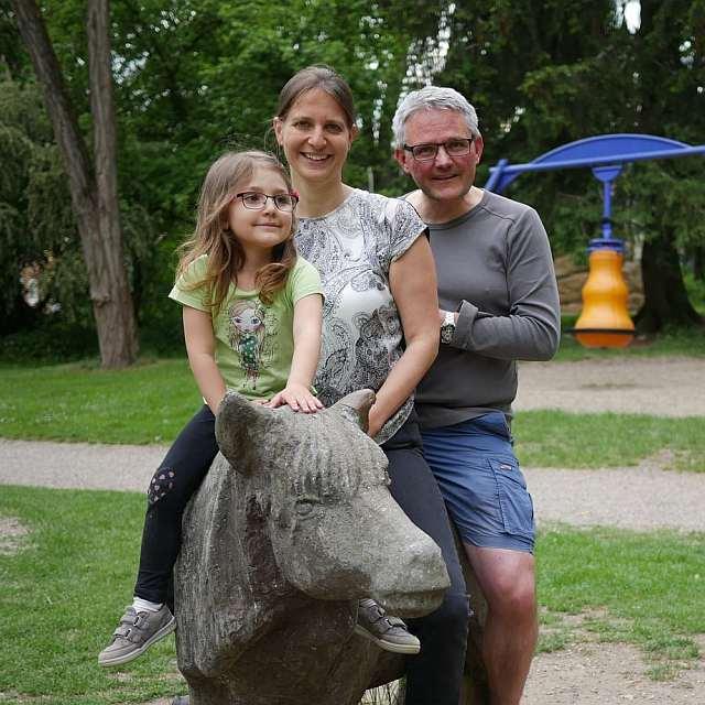 Familie auf dem Spielplatz am Röhrensee in Bayreuth